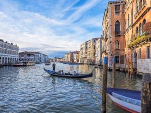 Gondole sur le Grand Canal devant le marché du Rialto à Venise.
