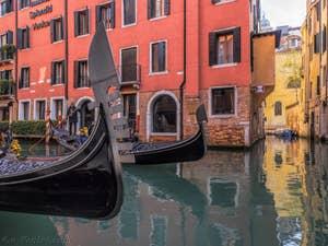 Gondoles sur le Rio dei Bareteri, dans le Sestier de Saint-Marc à Venise..
