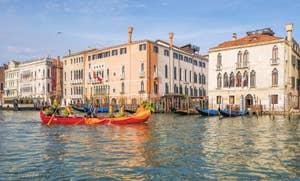 Un air de Carnaval sur le Grand Canal de Venise.