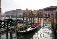 Gondole et Carnaval sur le Grand Canal de Venise