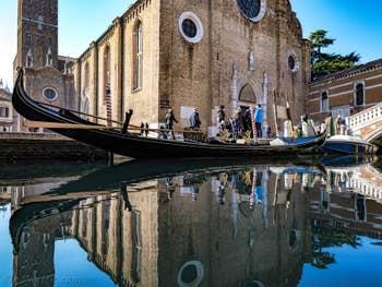 Gondole devant l'église dei Frari, à San Polo à Venise.
