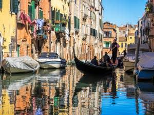 Gondole sur le Rio de l'Acqua Dolce, dans le Cannaregio à Venise.