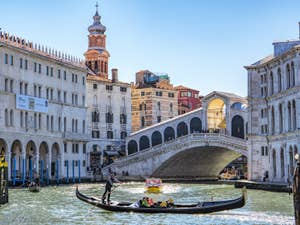 Gondole sur le Grand Canal devant le pont du Rialto à Venise.