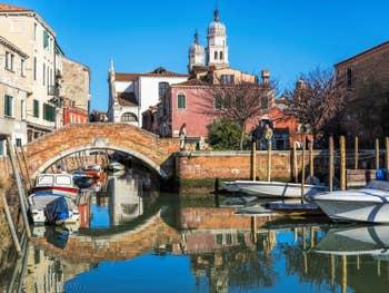 Reflets Vénitiens Rio di San Nicolo Mendicoli, pont de la Piova, dans le Dorsoduro à Venise.