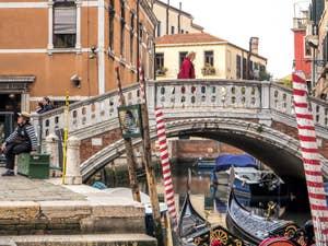 Gondolier et Gondoles au pont dei Frari, à San Polo à Venise.