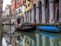 Gondole sur le Rio de San Zan Degola à  Venise