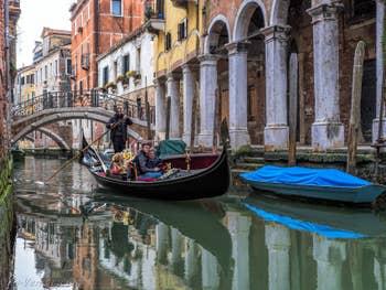 Gondole sur le Rio de San Zan Degola, à Santa Croce à Venise.