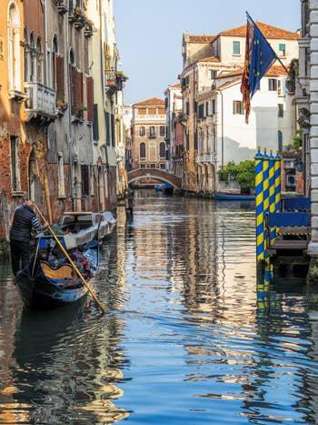 Gondole sur le Rio de Santa Marina dans le Castello à Venise.
