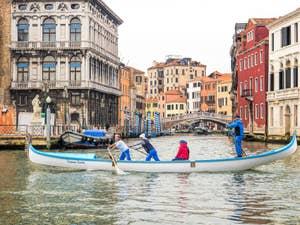 Gondole de Régate sur le Grand Canal de Venise.