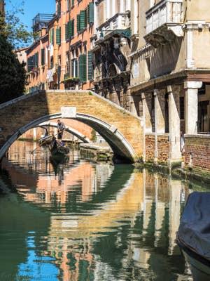 Gondole sur le Rio de Ca' Widmann, dans le Cannaregio à Venise.