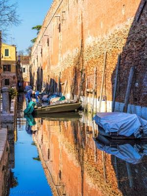 Reflets sur le Rio de le Gorne, dans le Castello à Venise.