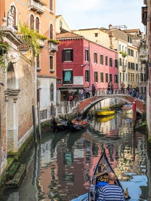 Gondole sur le Rio de San Zulian à Venise.