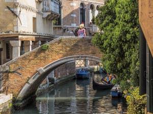 Le Rio et le pont de Ca' Widmann, dans le Cannaregio à Venise.