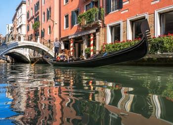 Gondole Rio dei Bareteri, à Saint-Marc à Venise.