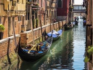 Gondoles sur le Rio del Vin, dans le Castello à Venise.