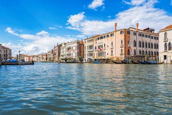 Gondoles de Santa Sofia sur le Grand Canal à Venise.