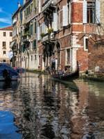 Gondole sur le Rio dei Santi Apostoli à Venise.