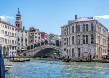 Gondoles devant le pont du Rialto et le Palais dei Camerlenghi à Venise.