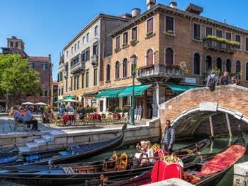 Gondoles sur le Rio dei Miracoli, dans le Cannaregio à Venise.