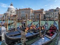Gondoles au Traghetto del Giglio à Venise.