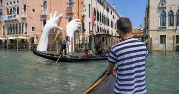 Biennale d'Art de Venise, sculpture de Lorenzo Quinn sur le Grand Canal, dans le Cannaregio.