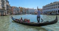 Gondoles et soleil à Venise.