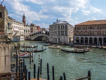 Gondoles devant le pont du Rialto sur le Grand Canal de Venise.