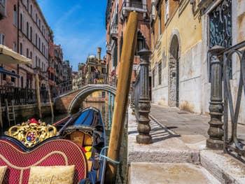 Sandolo Rio de San Provolo, devant le pont del Diavolo, dans le Castello à Venise.