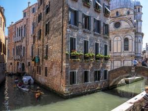 Le Palazzo Van Axel et l'église dei Miracoli, dans le Cannaregio à Venise.