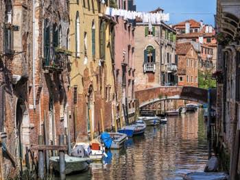 Le Rio et le Pont de San Francesco de la Vigna, dans le Castello à Venise.
