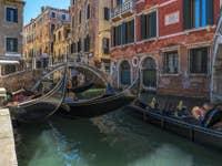 Gondoles sur le Rio de San Luca Rossini à Venise