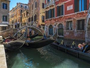 Gondoles sur le Rio de San Luca Rossini, à Saint-Marc à Venise.