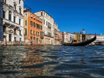 Gondole et reflets sur le Grand Canal de Venise.