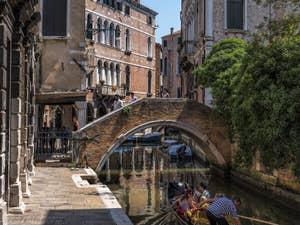 Sandolo davant le pont de Ca' Widmann, dans le Cannaregio à Venise.