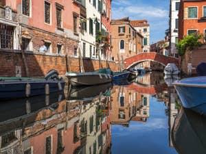Les reflets du Rio Sant'Andrea, dans le Cannaregio à Venise.