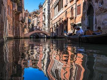 Gondole et Reflets Rio dei Barcaroli, à Saint-Marc à Venise.