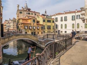 Gondole devant le Campiello Querini Stampalia, dans le Castello à Venise.