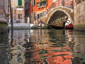 Sandolo sous le pont Storto, dans le Sestier de San Polo à Venise.