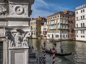 Gondoles sur le Grand Canal de Venise.