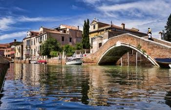 Les reflets du Rio dei Carmini au pont Briati, dans le Dorsoduro à Venise.