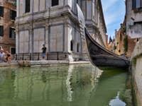 Gondole à Santa Maria dei Miracoli à Venise