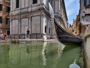 Gondole devant Santa Maria dei Miracoli, dans le Cannaregio à Venise.