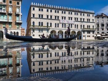 Gondole devant le Fondaco dei Tedeschi sur le Grand Canal de Venise.