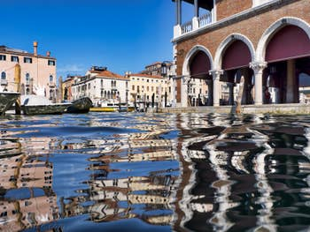 Reflets sur le Grand Canal de Venise au marché du Rialto.