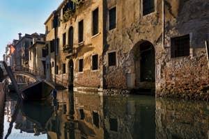 Reflets sur le Rio de San Giovanni Laterano, dans le Castello à Venise.
