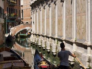 Gondoles et gondoliers sur le Rio dei Miracoli, dans le Cannaregio à Venise.