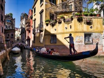 Gondoles Rio de San Provolo devant le pont dei Carmini à Venise, dans le Castello à Venise