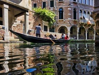 Sandolo sur le Rio de Ca' Widmann dans le Sestier du Cannaregio à  Venise en Italie