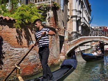 Gondoles sur le Rio et sous le pont de San Severo, dans le Castello à Venise.