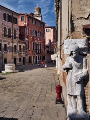 La Statue d'Antonio Rioba sur le Campo dei Mori, dans le Cannaregio à Venise.